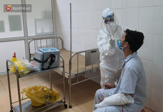 Bên trong khu cách ly y tế BV Đa khoa Thạch Thất: Hàng trăm người được lấy mẫu xét nghiệm, nhân viên y tế phun khử khuẩn trang thiết bị - Ảnh 8.