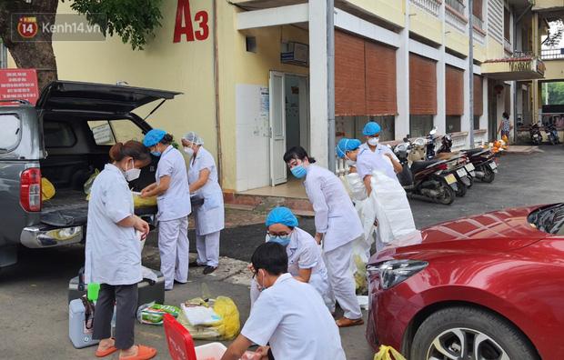 Bên trong khu cách ly y tế BV Đa khoa Thạch Thất: Hàng trăm người được lấy mẫu xét nghiệm, nhân viên y tế phun khử khuẩn trang thiết bị - Ảnh 9.
