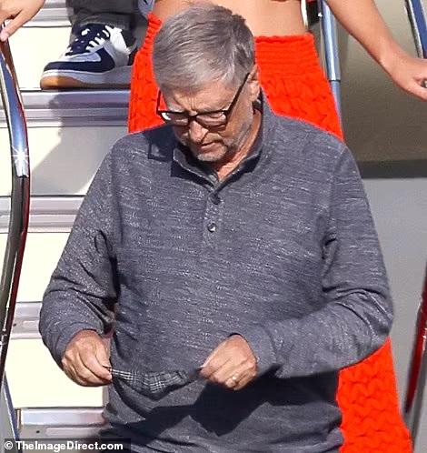 Tỷ phú Bill Gates lần đầu xuất hiện công khai ngoài đường hậu ly hôn: Vui vẻ đưa con gái út đi ăn, tay vẫn đeo nhẫn cưới - Ảnh 2.