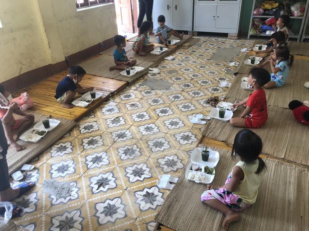 Nhiều em bé ở Điện Biên đi cách ly chỉ có một bộ quần áo, lắm em còn chẳng có dép để mang - Ảnh 1.