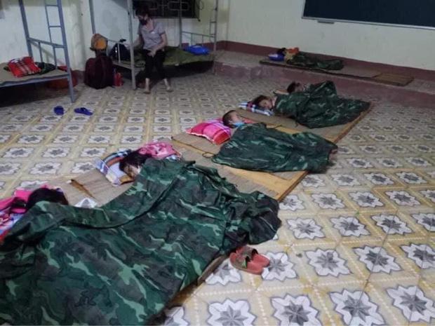 Nhiều em bé ở Điện Biên đi cách ly chỉ có một bộ quần áo, lắm em còn chẳng có dép để mang - Ảnh 2.