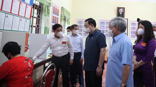 Chủ tịch Quốc hội Vương Đình Huệ kiểm tra công tác bầu cử tại tâm dịch Bắc Giang  - Ảnh 2.