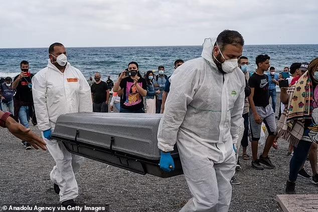 Người trong cuộc kể về bức ảnh em bé sơ sinh trong đoàn di cư được cứu từ biển: Đứa trẻ lạnh cóng, không cử động - Ảnh 2.