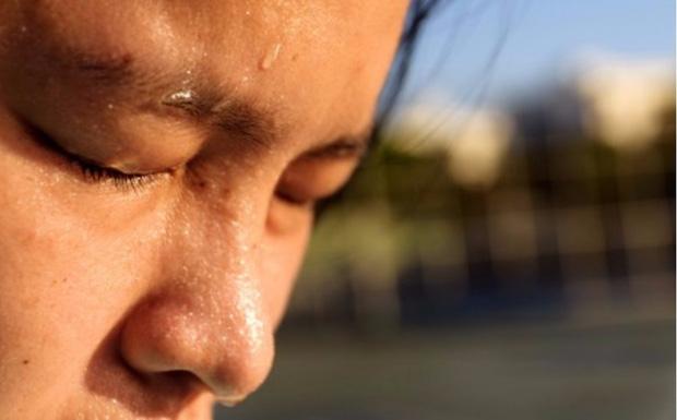 Việc đổ mồ hôi nhiều ở 4 bộ phận cho thấy cơ thể đang có vấn đề nghiêm trọng, một trong số đó có thể là dấu hiệu của đột quỵ! - Ảnh 3.