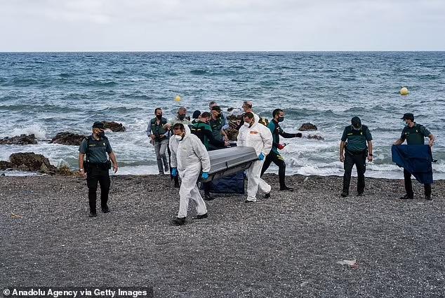 Người trong cuộc kể về bức ảnh em bé sơ sinh trong đoàn di cư được cứu từ biển: Đứa trẻ lạnh cóng, không cử động - Ảnh 3.