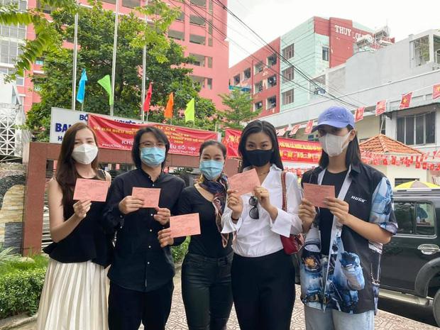 Sao Việt nô nức đi bầu cử: Tiểu Vy, Huyền My dậy sớm cùng dàn hậu bỏ phiếu, Khánh Vân từ Mỹ cũng hào hứng hưởng ứng - Ảnh 5.