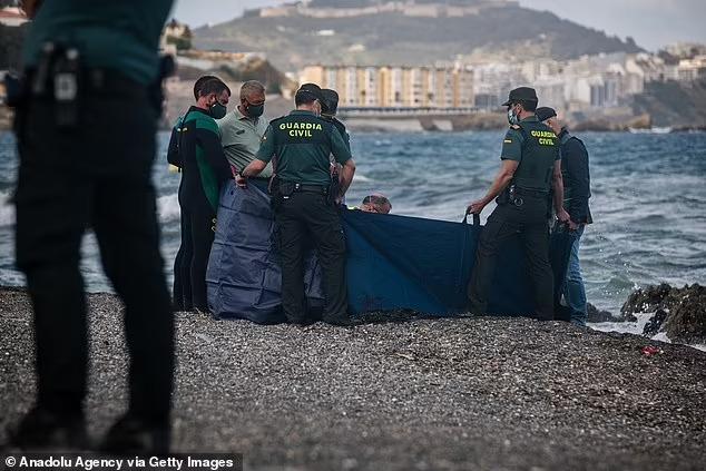 Người trong cuộc kể về bức ảnh em bé sơ sinh trong đoàn di cư được cứu từ biển: Đứa trẻ lạnh cóng, không cử động - Ảnh 5.