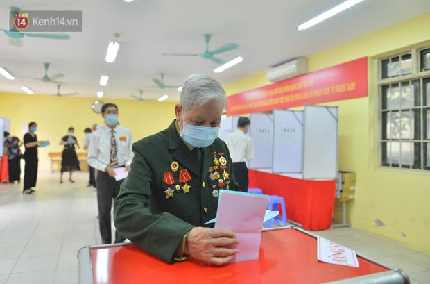 Cụ bà 101 tuổi được bỏ lá phiếu đầu tiên tại điểm bầu cử ở Hà Nội: Tôi rất phấn khởi thực hiện nghĩa vụ của mình - Ảnh 6.