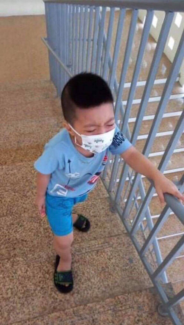Bé trai 6 tuổi một mình đi nhận kết quả dương tính Covid-19: Ánh mắt ngơ ngác, ngồi nép vào cánh cửa - Ảnh 6.