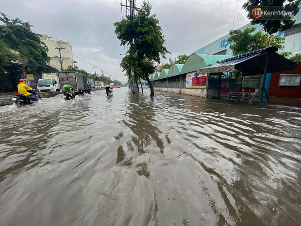 """Sài Gòn mưa tối trời vào buổi sáng, đường ngập """"te tua"""", xe chết máy la liệt - Ảnh 1."""