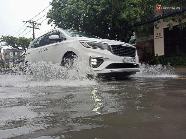 """Sài Gòn mưa tối trời vào buổi sáng, đường ngập """"te tua"""", xe chết máy la liệt - Ảnh 12."""