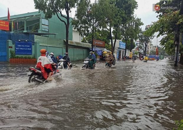 """Sài Gòn mưa tối trời vào buổi sáng, đường ngập """"te tua"""", xe chết máy la liệt - Ảnh 13."""