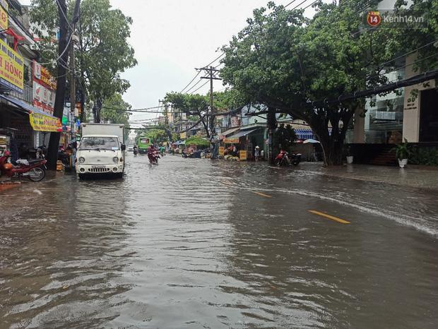 """Sài Gòn mưa tối trời vào buổi sáng, đường ngập """"te tua"""", xe chết máy la liệt - Ảnh 5."""