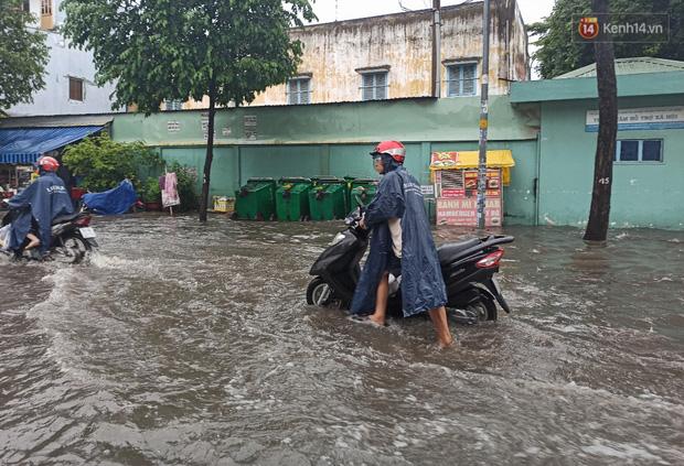 """Sài Gòn mưa tối trời vào buổi sáng, đường ngập """"te tua"""", xe chết máy la liệt - Ảnh 8."""