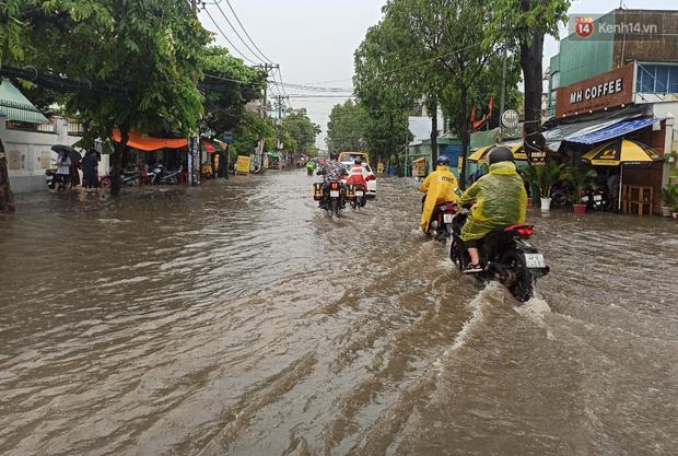 """Sài Gòn mưa tối trời vào buổi sáng, đường ngập """"te tua"""", xe chết máy la liệt - Ảnh 9."""