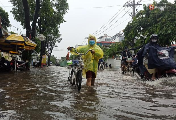 """Sài Gòn mưa tối trời vào buổi sáng, đường ngập """"te tua"""", xe chết máy la liệt - Ảnh 10."""