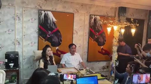 Ê-kíp hùng hậu đứng sau những livestream khủng của doanh nhân Phương Hằng - Ảnh 3.