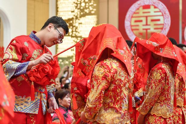 Nở rộ xu hướng gia đình giàu có gả con gái cho trai nhà nghèo ở Trung Quốc - Ảnh 1.