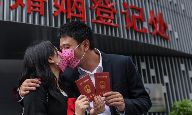 Nở rộ xu hướng gia đình giàu có gả con gái cho trai nhà nghèo ở Trung Quốc - Ảnh 2.