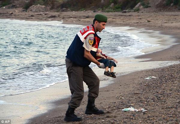 Thi thể em bé di cư nằm trơ trọi giữa bãi biển gây chấn động dư luận, thảm kịch trên hành trình tìm miền đất hứa bao giờ mới chấm dứt? - Ảnh 4.