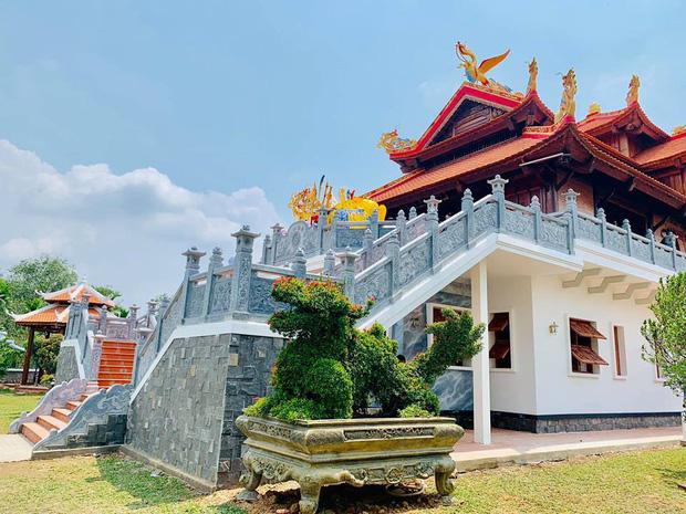 Sống giản dị, NS Hoài Linh lại có khối tài sản khổng lồ: Kim cương đong lon, trầm hương xa xỉ đến nhà thờ Tổ 7000m2 hàng trăm tỷ - Ảnh 5.