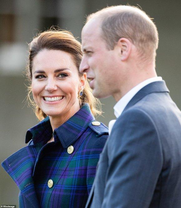 Công nương Kate tỏa sáng rạng ngời trong chuyến công du, chỉ một chi tiết tinh tế cũng đủ cho thấy cô ủng hộ gia đình chồng, phản bác nhà Meghan - Ảnh 4.