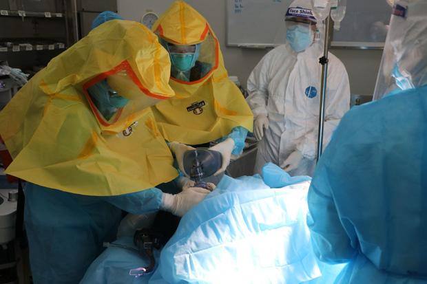 Mẹ mắc Covid-19 hôn mê sâu, bé sơ sinh được điều dưỡng BV Nhiệt đới TW vắt sữa gửi tặng - Ảnh 1.
