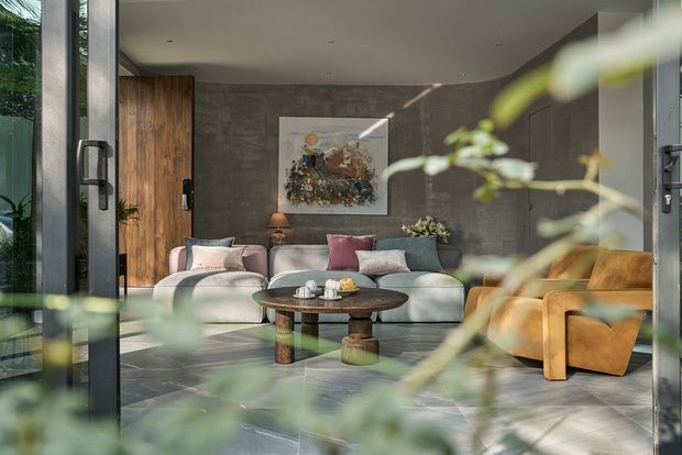 Vợ chồng trung niên cải tạo nhà thô thành biệt thự đúng chất resort, không gian mở ngập nắng, thiết kế tường vòm thay cửa - Ảnh 1.