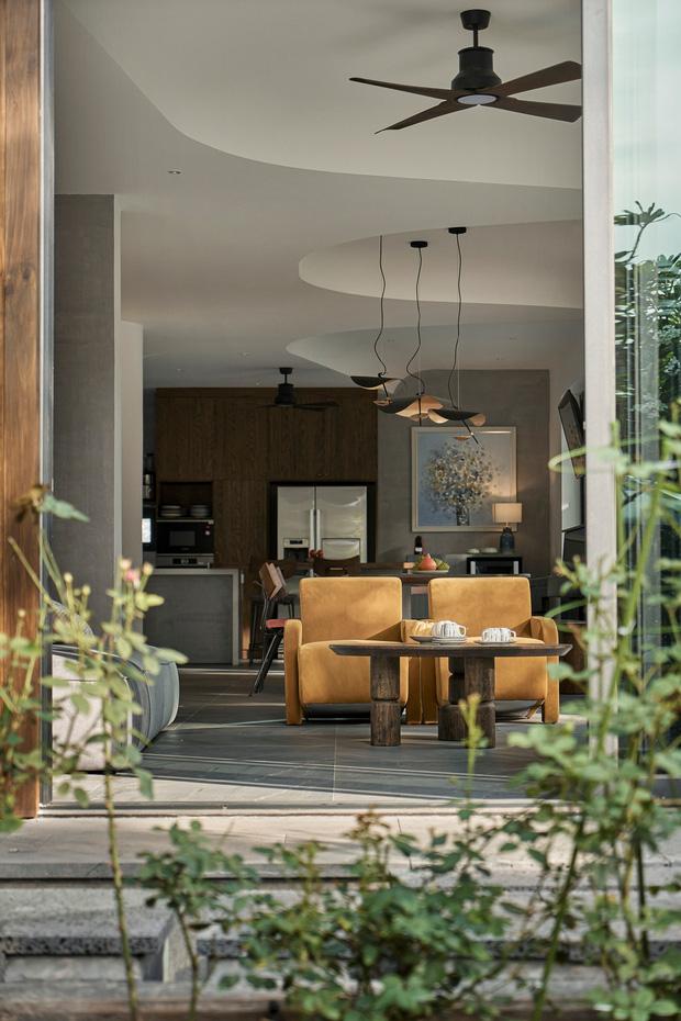 Vợ chồng trung niên cải tạo nhà thô thành biệt thự đúng chất resort, không gian mở ngập nắng, thiết kế tường vòm thay cửa - Ảnh 3.