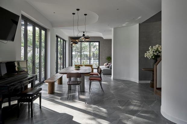 Vợ chồng trung niên cải tạo nhà thô thành biệt thự đúng chất resort, không gian mở ngập nắng, thiết kế tường vòm thay cửa - Ảnh 5.