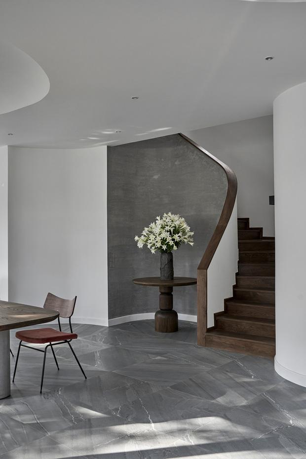 Vợ chồng trung niên cải tạo nhà thô thành biệt thự đúng chất resort, không gian mở ngập nắng, thiết kế tường vòm thay cửa - Ảnh 7.