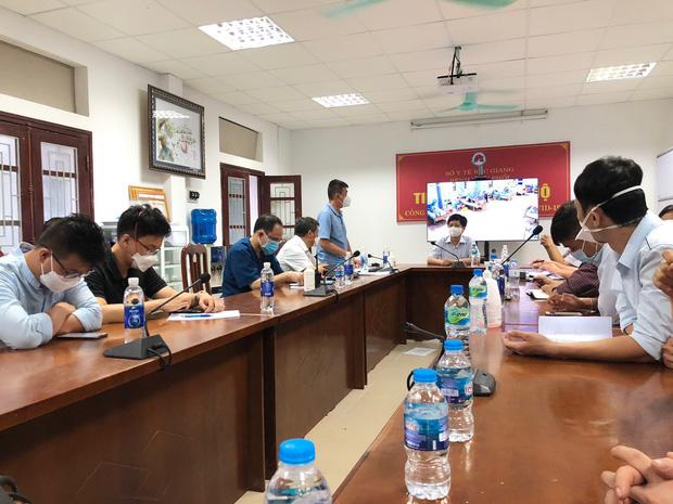 Hình ảnh xúc động: Đội phản ứng nhanh BV Chợ Rẫy túc trực ngày đêm điều trị cho các bệnh nhân nặng tại tâm dịch Bắc Giang - Ảnh 1.