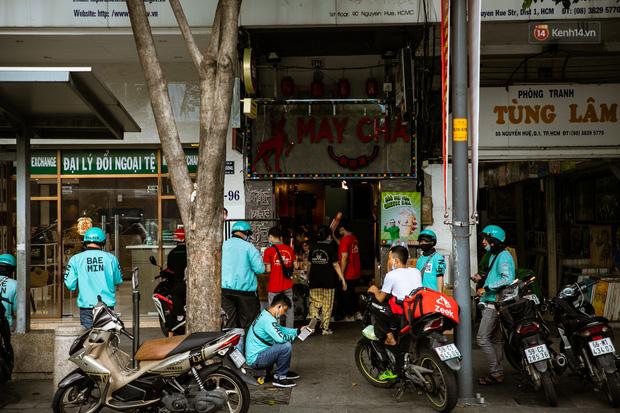 Quán xá Sài Gòn lao đao giữa mùa dịch: Thông báo bán mang đi nhưng nhiều nơi vẫn vắng hoe, khung cảnh ảm đạm bao trùm nhiều tuyến phố - Ảnh 20.