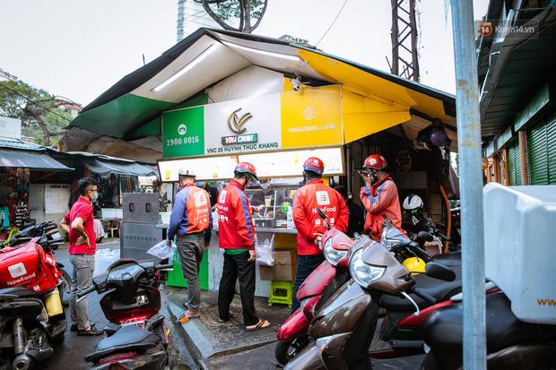Quán xá Sài Gòn lao đao giữa mùa dịch: Thông báo bán mang đi nhưng nhiều nơi vẫn vắng hoe, khung cảnh ảm đạm bao trùm nhiều tuyến phố - Ảnh 21.