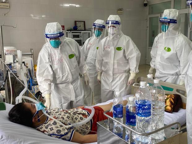 Hình ảnh xúc động: Đội phản ứng nhanh BV Chợ Rẫy túc trực ngày đêm điều trị cho các bệnh nhân nặng tại tâm dịch Bắc Giang - Ảnh 6.