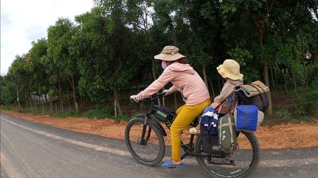 Bán hết tài sản, cặp vợ chồng Vũng Tàu đạp xe chở 2 con nhỏ đi phượt khắp Việt Nam - Ảnh 2.