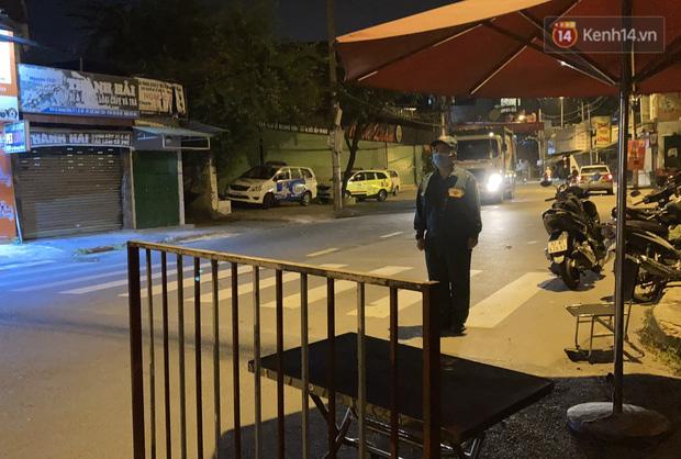 Những hình ảnh đầu tiên khi quận Gò Vấp thực hiện cách ly xã hội: 10 chốt phong toả chính thức đi vào hoạt động - Ảnh 2.