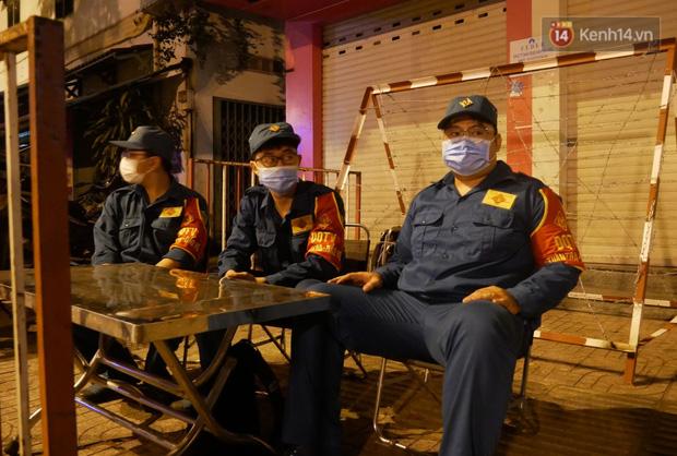 Những hình ảnh đầu tiên khi quận Gò Vấp thực hiện cách ly xã hội: 10 chốt phong toả chính thức đi vào hoạt động - Ảnh 6.