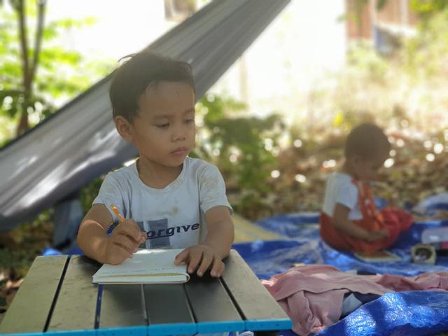 Bán hết tài sản, cặp vợ chồng Vũng Tàu đạp xe chở 2 con nhỏ đi phượt khắp Việt Nam - Ảnh 9.