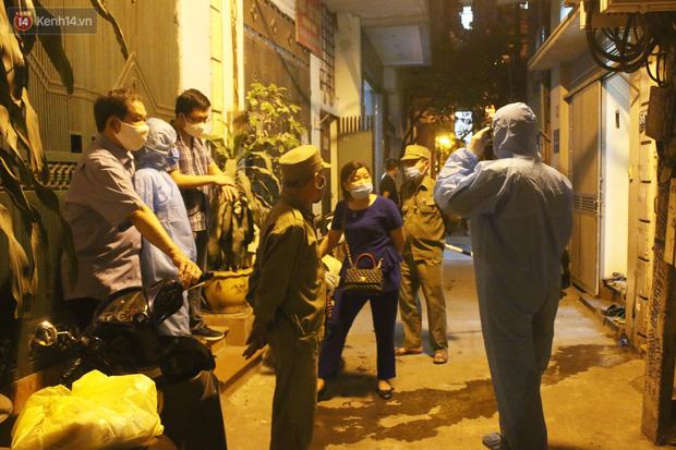 Hà Nội: Cận cảnh phong tỏa, phun khử khuẩn con ngõ trên đường Kim Mã, nơi ở của nam bác sĩ dương tính với SARS-CoV-2 - Ảnh 1.