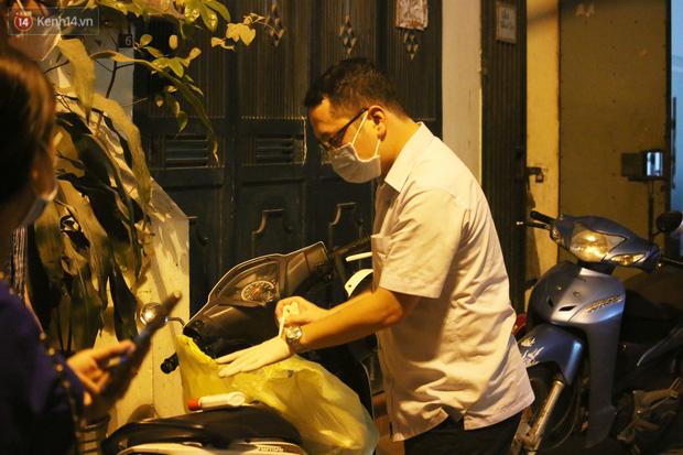 Hà Nội: Cận cảnh phong tỏa, phun khử khuẩn con ngõ trên đường Kim Mã, nơi ở của nam bác sĩ dương tính với SARS-CoV-2 - Ảnh 2.