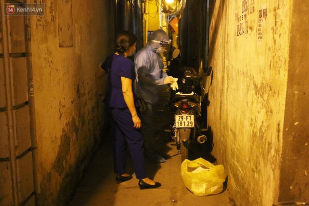 Hà Nội: Cận cảnh phong tỏa, phun khử khuẩn con ngõ trên đường Kim Mã, nơi ở của nam bác sĩ dương tính với SARS-CoV-2 - Ảnh 4.