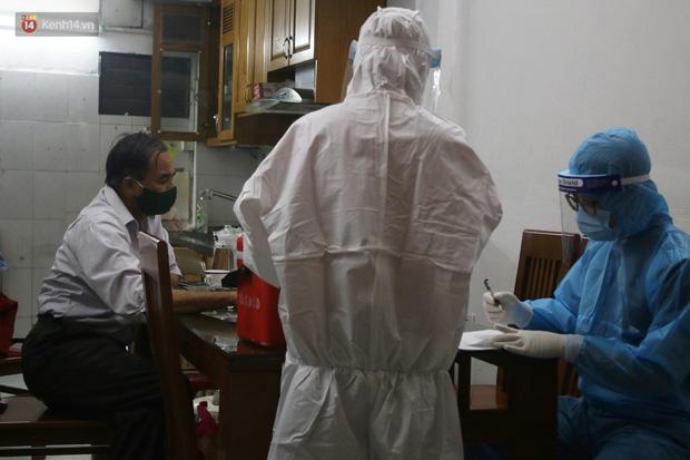 Hà Nội: Cận cảnh phong tỏa, phun khử khuẩn con ngõ trên đường Kim Mã, nơi ở của nam bác sĩ dương tính với SARS-CoV-2 - Ảnh 6.