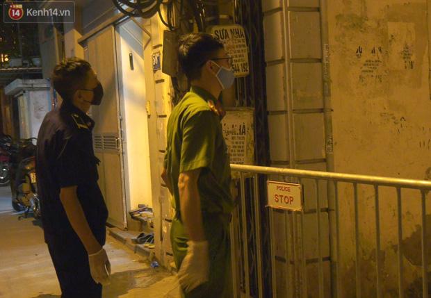 Hà Nội: Cận cảnh phong tỏa, phun khử khuẩn con ngõ trên đường Kim Mã, nơi ở của nam bác sĩ dương tính với SARS-CoV-2 - Ảnh 8.