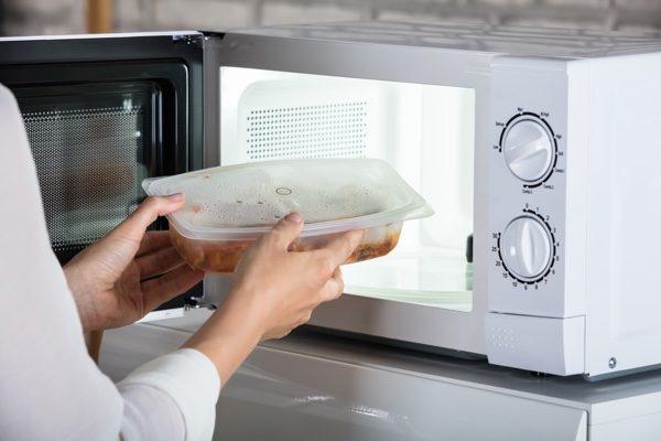Chuyên gia chỉ ra 2 dụng cụ nhà bếp và 2 thực phẩm tuyệt đối không nên cho vào lò vi sóng kẻo phát sinh độc tố, thậm chí phát nổ - Ảnh 1.