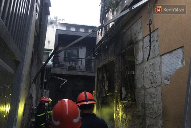 Ảnh: Hiện trường vụ cháy kinh hoàng khiến 7 người mắc kẹt tử vong thương tâm ở Sài Gòn - Ảnh 1.