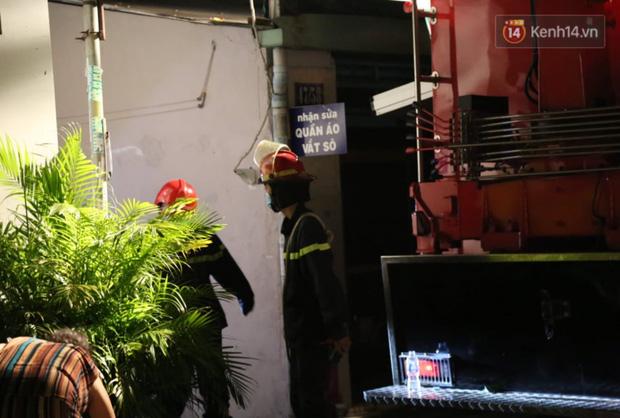 Ảnh: Hiện trường vụ cháy kinh hoàng khiến 7 người mắc kẹt tử vong thương tâm ở Sài Gòn - Ảnh 5.