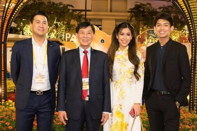 Hiếu Nguyễn - thiếu gia nghìn tỷ của gia đình Johnathan Hạnh Nguyễn: Từng thử sức làm nhân viên bán hàng tại công ty bố, kín đáo đời tư và cuộc sống sang chảnh như ông hoàng - Ảnh 6.