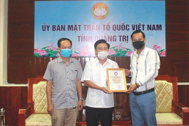 Đại diện NS Hoài Linh trao 1 tỷ đồng ủng hộ người dân vùng lũ Quảng Trị, hé lộ kế hoạch cứu trợ miền Trung giữa lùm xùm - Ảnh 1.