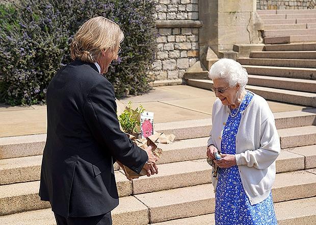 Nữ hoàng Anh có hành động đặc biệt nhân dịp sinh nhật lần thứ 100 của Hoàng tế Philip khiến Harry xấu hổ khi bị bóc trần bản chất thật  - Ảnh 1.